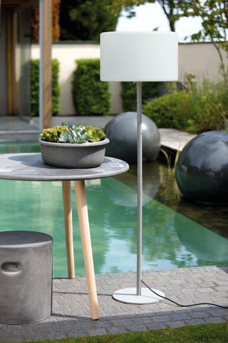 Kunststofflampe Lumineo Schirm weiß Fuß grau Outdoor geeignet