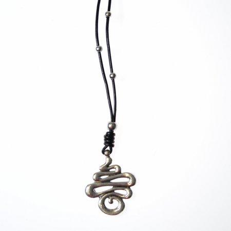 Damenhalskette lang Lederband schwarz Perlen Anhänger silberfarben