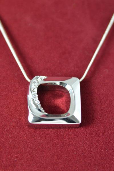 Moderne Halskette Kette kurz Anhänger Quadrat Glitzersteine silberfarben Modeschmuck