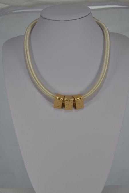 Halskette kurz Schlauchkette eierschalenfarben Anhänger goldfarbene Dreeicke Modeschmuck